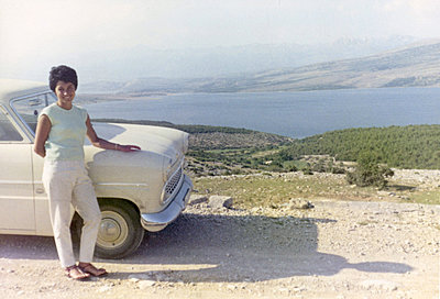 Young woman leaning against car on the Croation seafront - p1541m2116897 by Ruth Botzenhardt