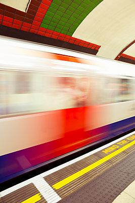 Fahrender Zug in London - p432m1446041 von mia takahara