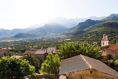 View of mountain range - p756m2021968 by Bénédicte Lassalle
