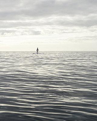 Stand up Paddle auf dem Meer - p1124m1050689 von Willing-Holtz