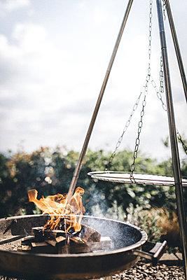 Feuer entfachen im BBQ Grill  - p1497m1585716 von Sascha Jacoby