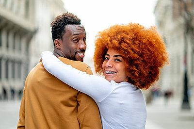 Madrid Spain, Afro couple in the city - p300m2257012 von Oscar Carrascosa Martinez