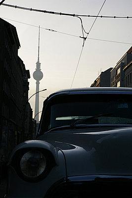 oldtimer vor fernsehturm - p6270596 von bobsairport
