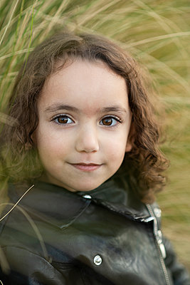 Beautiful little girl looking at camera outdoors  - p794m2185360 by Mohamad Itani