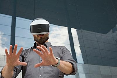Geschäftsmann mit Virtual-Reality Brille - p1325m1464964 von Antje Solveig