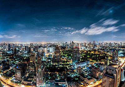 Thailand, Bangkok, skyline at night - p300m1449998 by Daniel Waschnig Photography