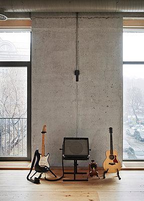 Beton Loft mit Musikinstrumenten an der Wand - p390m1050195 von Frank Herfort