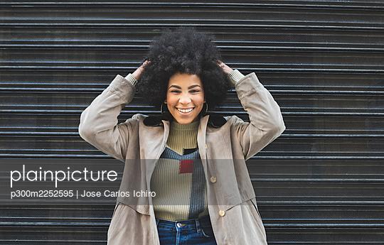 Afro woman around the city Madrid / Spain - p300m2252595 von Jose Carlos Ichiro