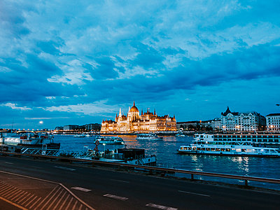 Parliament building in Budapest at twilight - p1085m2203569 by David Carreno Hansen