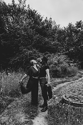 Lovers in the countryside - p1295m2210109 by Katharina Bauer