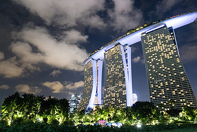 Marina Bay Sands at night - p795m1461526 by Janklein