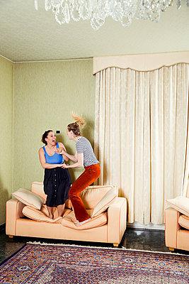 Freundinnen albern herum - p904m1133680 von Stefanie Päffgen