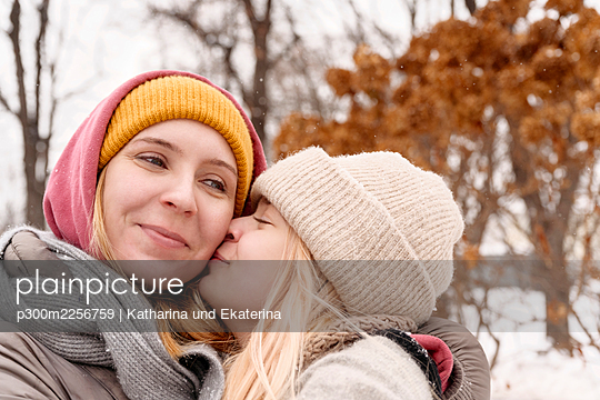 Teenage girl embracing mother with closed eyes - p300m2256759 by Katharina und Ekaterina