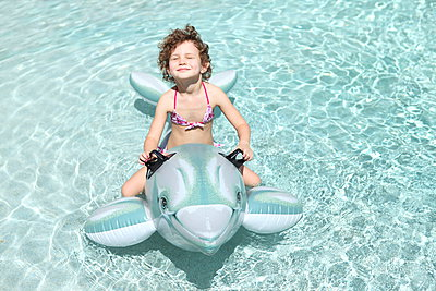 Mädchen träumt auf Delfin - p045m901475 von Jasmin Sander