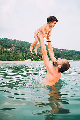 Thailand, Koh Lanta, father playing with his little daughter in the sea - p300m1587061 by Gemma Ferrando