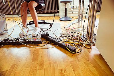 Kabelsalat unter Schreibtisch - p432m1586846 von mia takahara