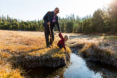 Father and son in Yosemite National Park - p756m1496092 by Bénédicte Lassalle