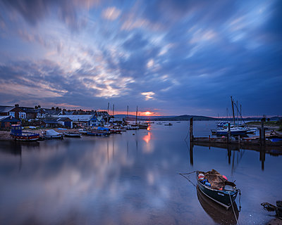Sunset with boats on the Exe shoreline at the back of Camperdown Terrace, Exmouth, Devon, England, United Kingdom - p871m2111484 by Baxter Bradford