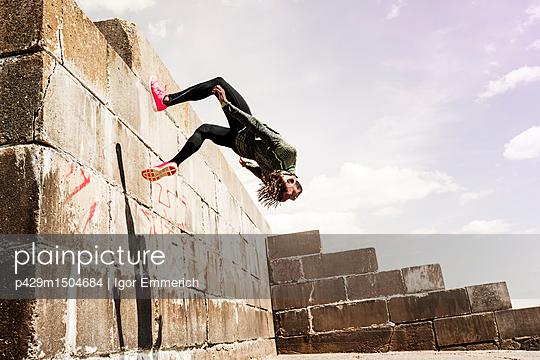 plainpicture | Photo library for authentic images - plainpicture p429m1504684 - Young man, free running, ou... - plainpicture/Cultura/Igor Emmerich