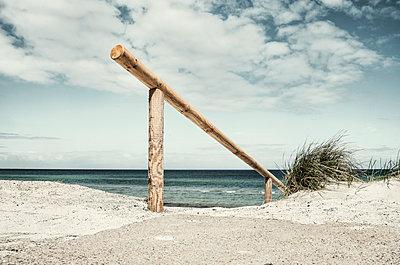 Holzgeländer vor blauer Ostsee am Strand von Prerow - p1162m2132679 von Ralf Wilken