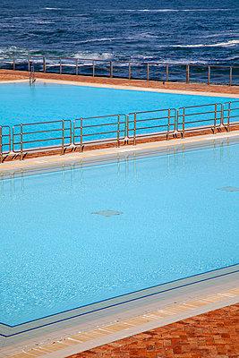 Schwimmbecken direkt am Meer - p1248m2053876 von miguel sobreira