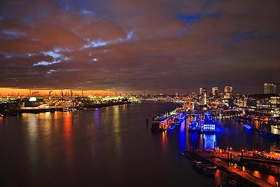Hafen Hamburg bei Nacht - p179m1467416 von Roland Schneider