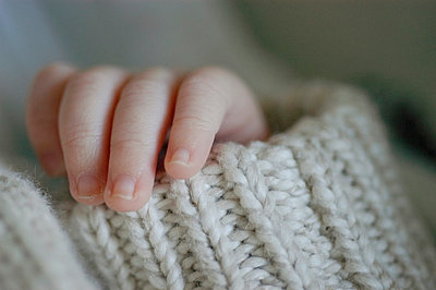 Babyhand und Strickbündchen - p8290026 von Régis Domergue