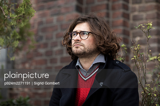 Portrait of young man wearing eyeglasses - p924m2271191 by Sigrid Gombert