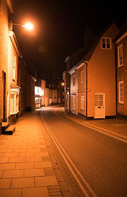 Kleinstadt bei Nacht - p1390m1467918 von Svetlana Sewell
