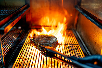 Seafood being roasted on barbecue grill at restaurant - p300m2221251 by Oscar Carrascosa Martinez