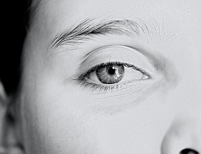 Nahaufnahme Auge - p318m1477376 von Christoph Eberle