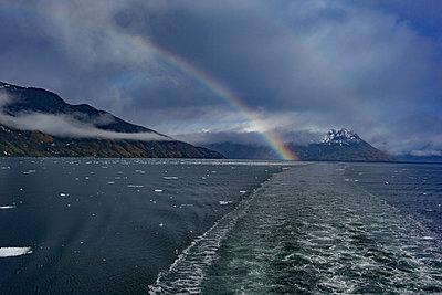 Regenbogen über den Bergen - p741m2065658 von Christof Mattes