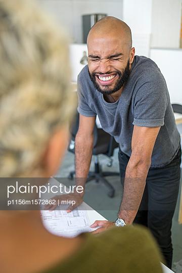 Junge Leute im Gespräch, Startup - p1156m1572862 von miep