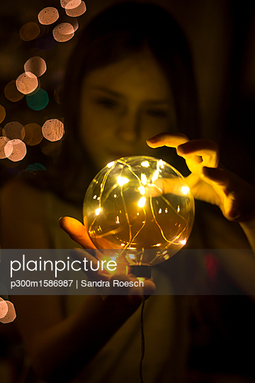 Girl with shining crystal ball - p300m1586987 von Sandra Roesch