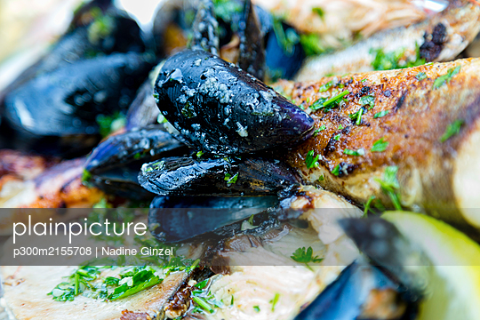 Croatia, Split, Close-up of ready to eat mussels - p300m2155708 by Nadine Ginzel