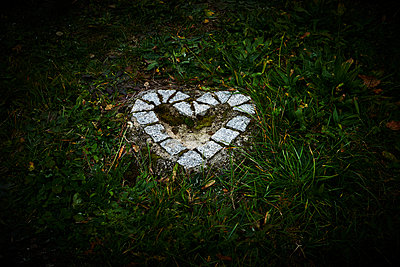 White heart from stones on a cemetery at night - p1312m2193643 by Axel Killian