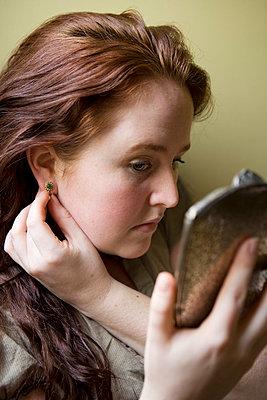 Ohrringe anprobieren - p5350082 von Michelle Gibson