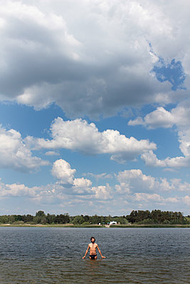 Mann im Bernsteinsee - p258m1146189 von Katarzyna Sonnewend