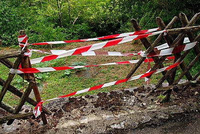 Absperrband rot-weiß - p260m918286 von Frank Dan Hofacker