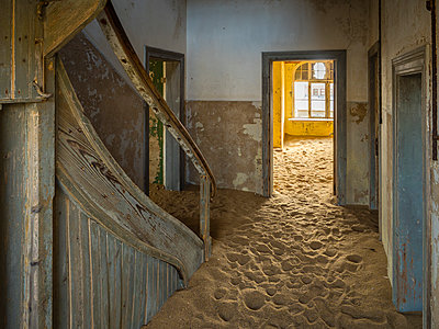 Africa, Namibia, inside a house of ghost town Kolmanskop, wooden door and sand - p300m1579370 by Roy Jankowski