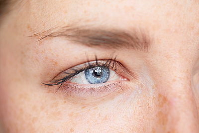 Woman's blue eye, close-up - p300m1581279 von Philipp Nemenz