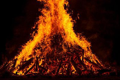 Blazing log fire, close-up - p300m2042714 by Hans Lippert