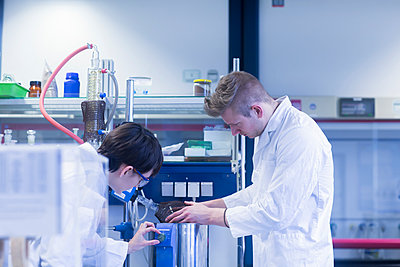 Female and male laboratory technician working together in a laboratory - p300m2155738 by Sigrid Gombert