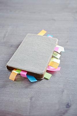 Notizbuch mit vielen Post-its - p318m1170028 von Christoph Eberle