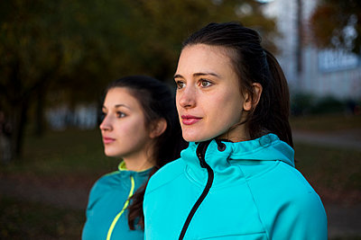 Freundinnen in Trainingsjacken - p341m1092200 von Mikesch