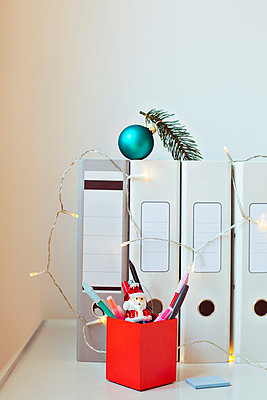Christmas in the office - p432m940299 by mia takahara