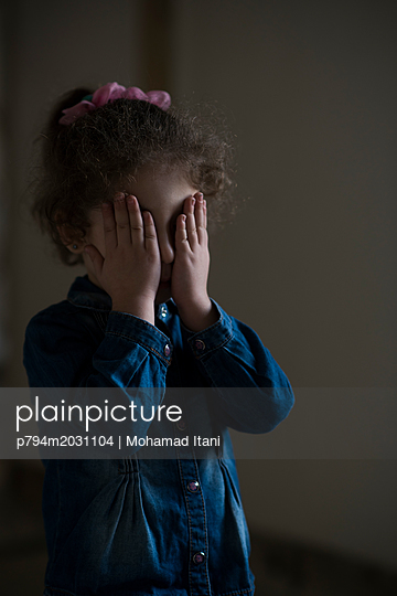 plainpicture - plainpicture p794m2031104 - Sad little girl hiding face... - plainpicture/Mohamad Itani