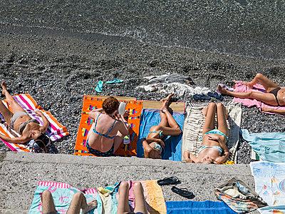 Sonnenbaden am Strand - p1292m1122908 von Niels Schubert