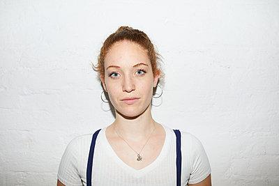 Serious portrait of a young woman - p276m2115657 by plainpicture