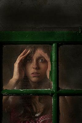 Frau am Fenster - p402m940385 von Ramesh Amruth